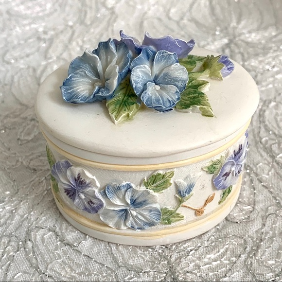 Pansy or African Violet Lidded Ring Box